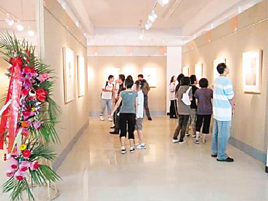 近日,大连十五中美术馆正在举办中国美术学院刘晓东教授...