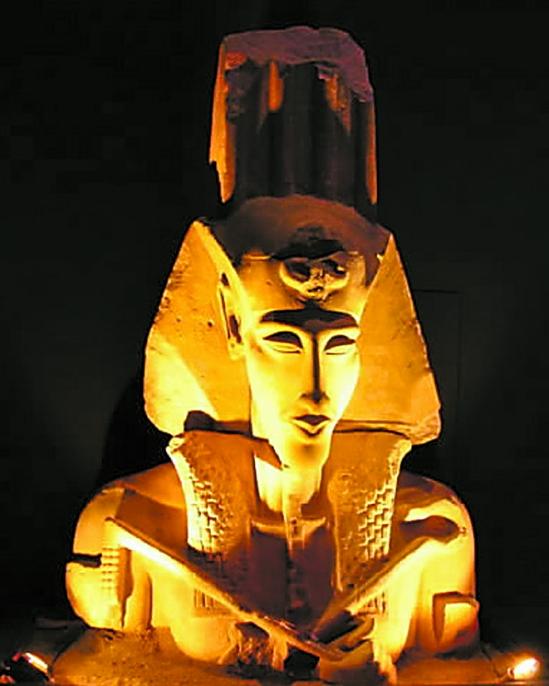 头戴法老王斑纹头巾和风神休之羽的-埃及八件国宝齐聚世博会图片
