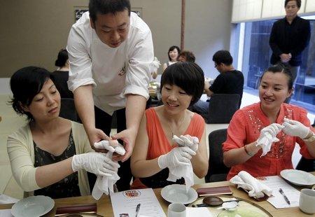 日本产业馆总管教做寿司 上海主妇创意赢称赞