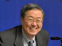 周小川行长微笑让记者拍照