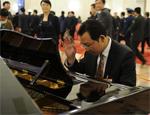 代表在人民大会堂即兴弹奏钢琴