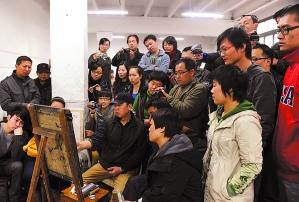 """图为:""""国美""""基础部刘晓东副教授在做素描示范讲解.图片"""