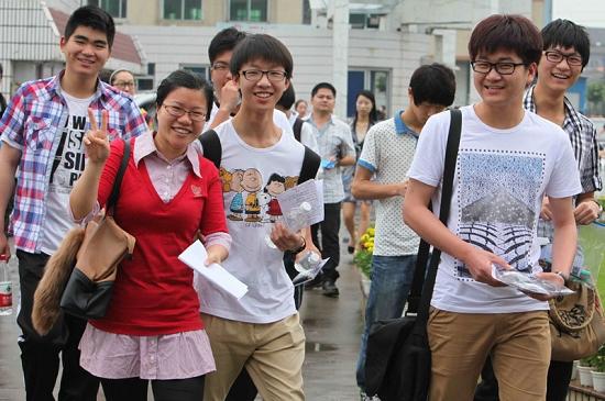 (穿红衣者)面带从容的微笑进入浙江瑞安市第四中学考点.新华社图片