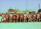 英国陆军士兵坦克前集体拍裸照力挺哈里王子