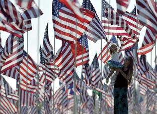 """洛杉矶3000面美国国旗纪念""""911""""遇难者(组图)"""