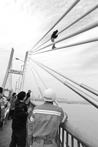 武汉长江二桥3个小时内3人欲跳桥