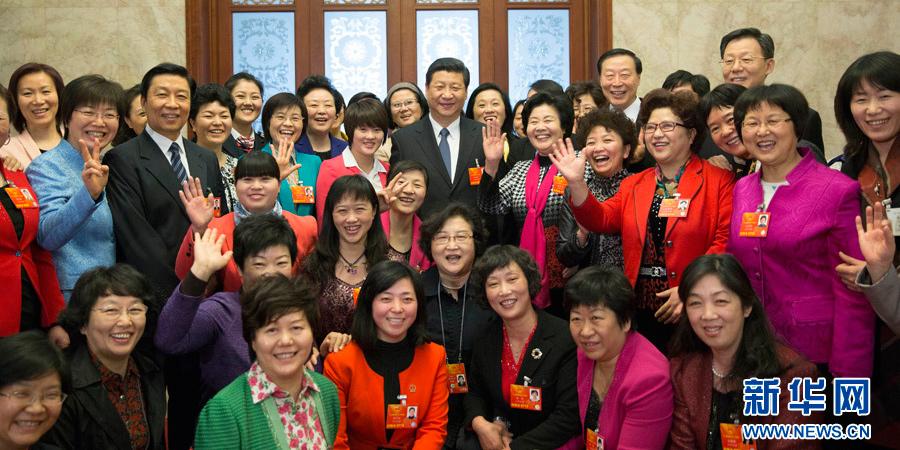 习近平参加江苏代表团审议,同女代表合影