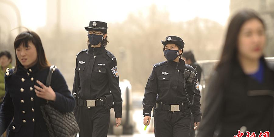 风沙困京城 在户外巡逻的民警不得不戴上口罩执勤