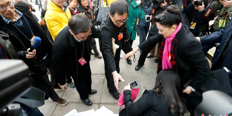 女记者被挤倒 成龙出手相助