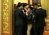 记者争相进入大会堂金色大厅