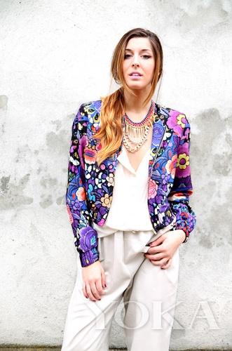 造型 白色/OL感十足的白色衬衫和阔腿裤,外搭色彩艳丽的花朵西服和金属...