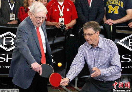 巴菲特与盖茨打乒乓配男双 大秀球技有模有样