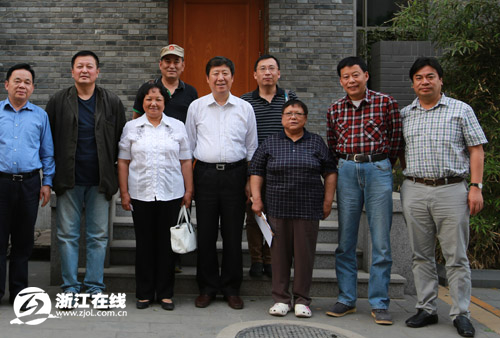 黄亚洲(右二)和邓林(右三)邓楠(左三)合影