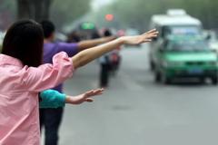 """杭州出租车""""V车队"""" 月入过万"""
