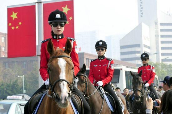 10月1日,英姿飒爽的女骑警在大连市人民广场巡逻。新华社 马谊东 摄