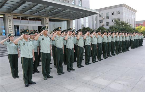 图为:全体官兵向国旗敬礼-浙江边防总队举行升旗仪式庆八一