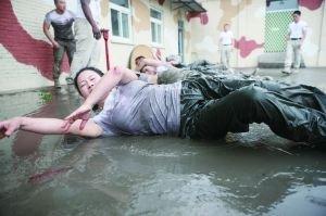 保镖训练营学员在泥水中训练。