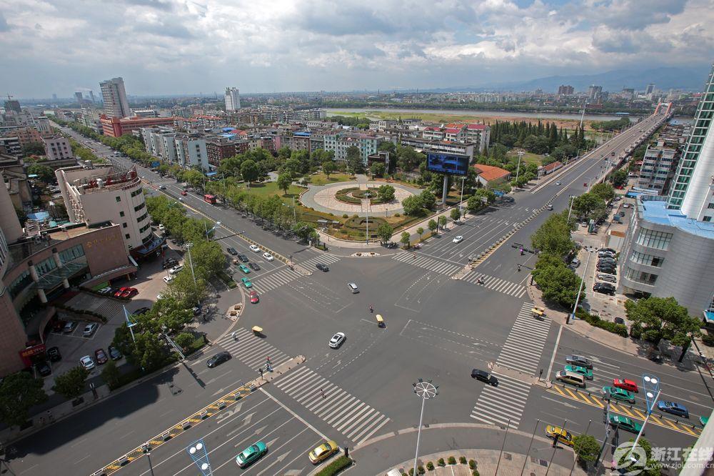 双溪西路双龙南街路口俯瞰。绿波带的建成,大大提高了城区干道通行效率。