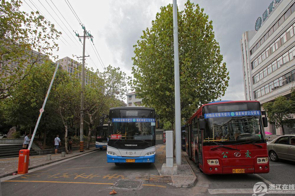 用电管理所公交站,建立在一段废弃的老路上,600平米的车站不仅优化了公交线路,同时大大方便了附近百姓出行。