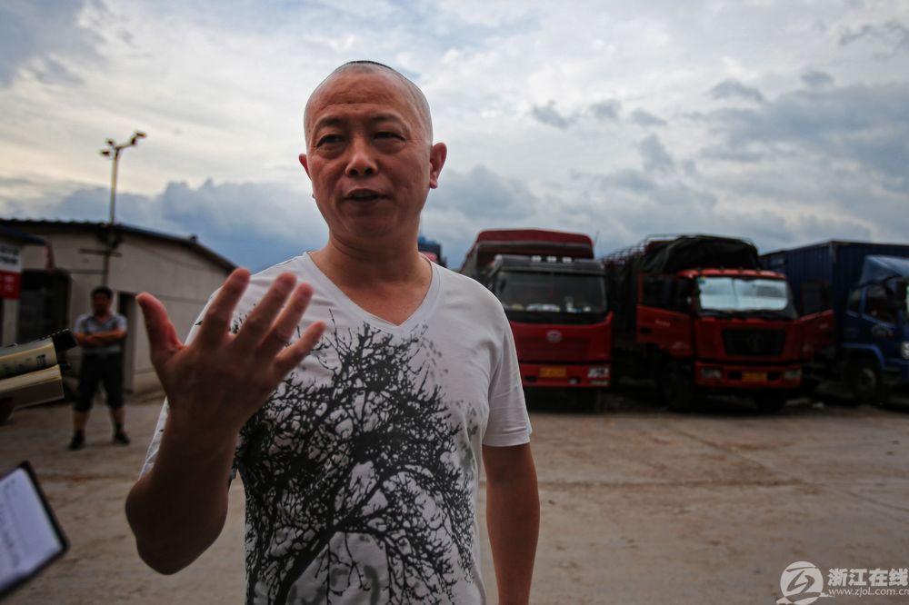 胡师傅在金华跑了多年运输,海润停车场一造好,他就和货车在这里安家了,他说把车停这儿既然方便配货,车辆也很安全。