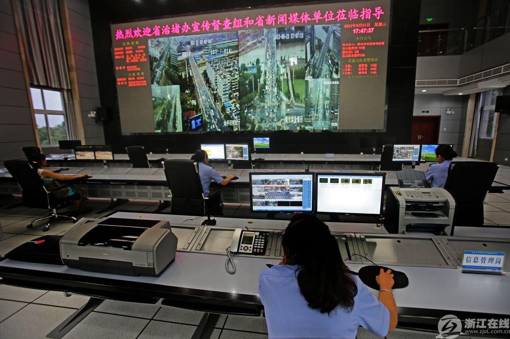 金华市公安局交通指挥中心,高科技视频监控系统的投入运用,不仅节约了警力,更是大幅度提高了交通监控管理效能。