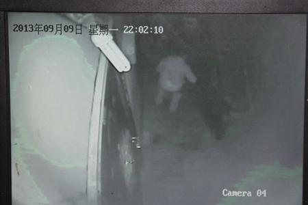 金店老板深夜携金器回家遇劫