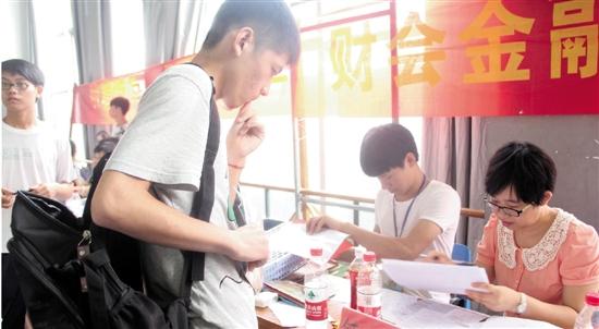 浙江经济职业技术学院迎来新生报到日 老校友来