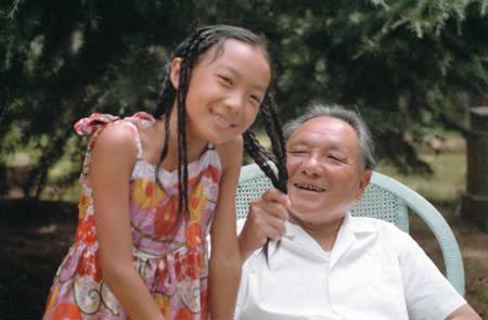 邓小平/卓玥(左)和妹妹棉棉(邓楠的女儿)。