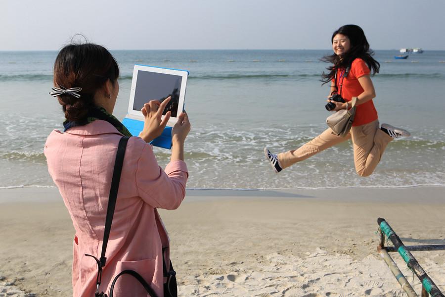 网媒记者银滩听涛观海 看海上日出自拍乐趣多