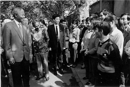 曼德拉在杭丝联参观时和职工们交谈。