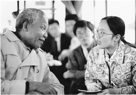 1992年10月7日,本报记者冯菲菲在采访曼德拉。