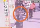 监控实拍执着小偷跟踪女孩两小时偷手机