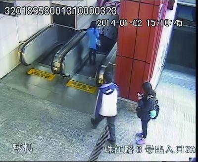 女子 被劫 地铁站 扶梯/劫匪尾随受害者(蓝衣)。