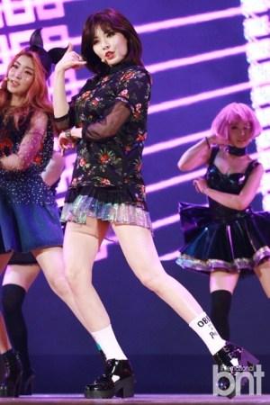 女星泫雅热裤舞_韩国女星泫雅着热裤透明裙劲舞