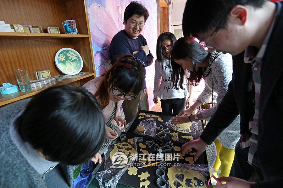 今天上午,浙江在线社区联手苏卡法式西点,带领网友一同体验动手乐趣