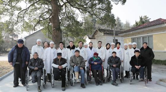 上柏住院部全体工作人员与部分麻风休养员合影