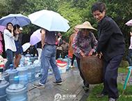 化学品泄漏 市民排队接山泉水