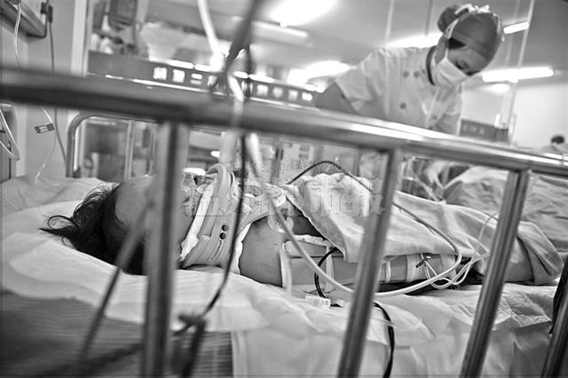 蒋超/昨天上午,小漪漪躺在病房内接受治疗。7月8日,她从自家5楼...