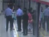 女乘客带违禁品打警察