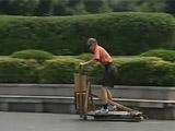 七旬老人制造蛇形车