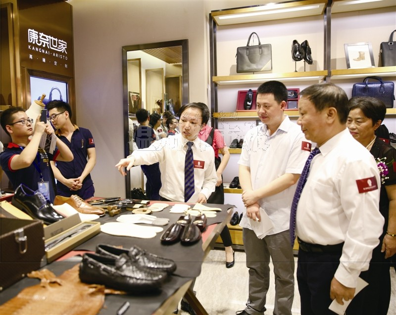郑莱毅/康奈集团公司总经理郑莱毅向嘉宾介绍新馆。...