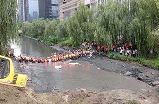 【即时报】杭州地铁四号线在建路段塌方河水倒灌