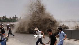 钱塘江大潮下沙激起巨浪