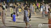 孩子穿梭在广场舞大妈中