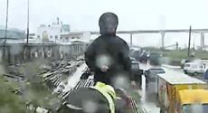 """""""凤凰""""来袭 边检官兵劝离渔船作业人员"""