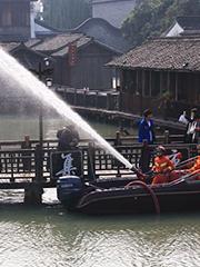 每天忙演习 消防冲锋舟水炮能打到5层楼高