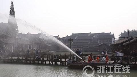 乌镇:消防冲锋舟忙演习
