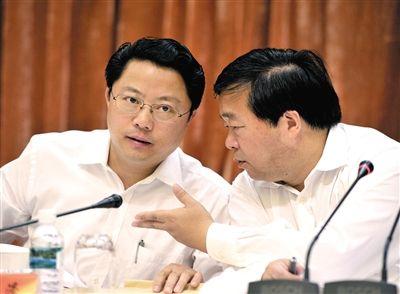 资料图:2012年7月19日,原南京市委书记杨卫泽(左)和原市长季建业参加南京市两会。图/CFP