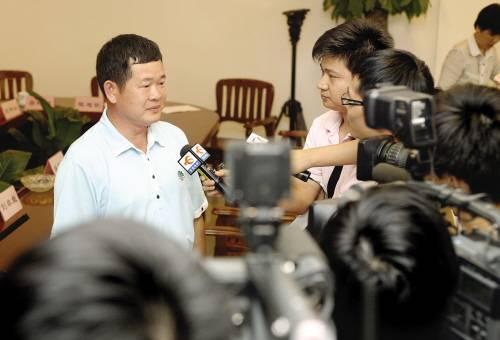 东莞富商被撤政协委员资格 其子酒店曾举办小姐阅兵图片