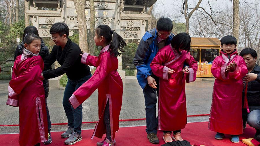 杭州小学童穿汉服体验中华礼仪